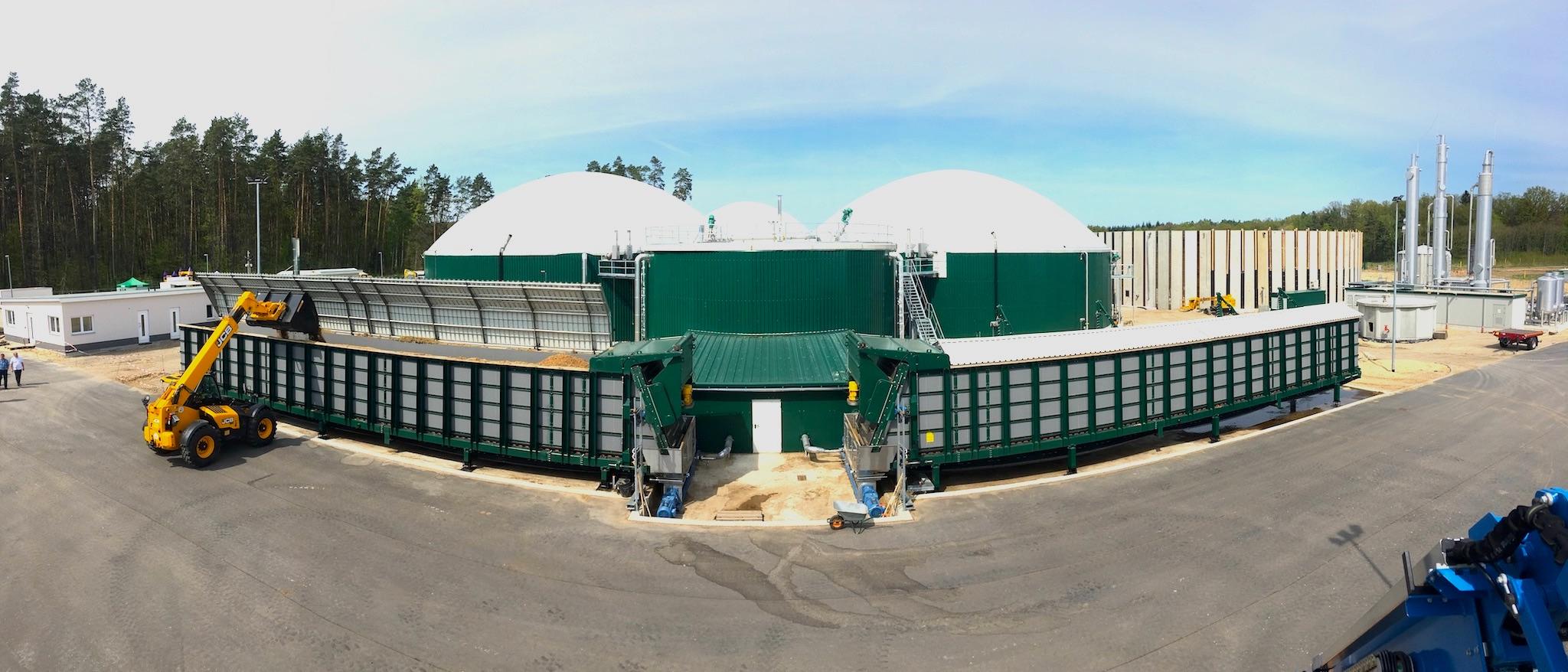 Feststoffdosierer_und_dahinterstehende_Biogasanlage_Weitwinkel